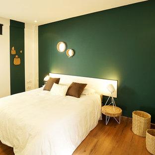 Foto på ett litet shabby chic-inspirerat sovrum, med gröna väggar och plywoodgolv