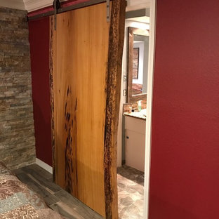 Inspiration för ett mellanstort rustikt huvudsovrum, med röda väggar, skiffergolv och grått golv