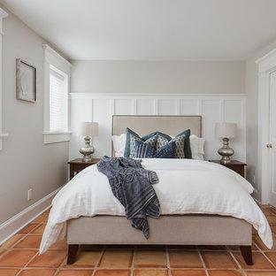 Imagen de habitación de invitados costera con paredes grises y suelo naranja