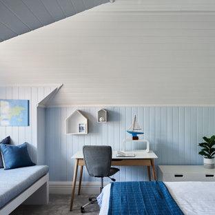 Esempio di una camera da letto costiera con pareti blu, moquette, pavimento grigio, soffitto in perlinato, soffitto a volta e pareti in perlinato