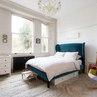 Неиссякаемый источник вдохновения для домашнего уюта: гостевая спальня среднего размера в стиле фьюжн с белыми стенами, светлым паркетным полом и белым полом