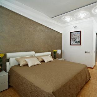 ニューヨークの広いコンテンポラリースタイルのおしゃれな主寝室 (茶色い壁、竹フローリング)