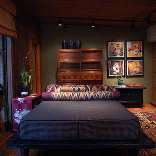 Idées déco pour une chambre parentale asiatique de taille moyenne avec un mur vert, un sol en bois brun, aucune cheminée et un sol marron.