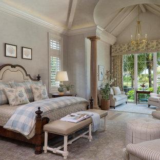Пример оригинального дизайна: спальня с серыми стенами, паркетным полом среднего тона, коричневым полом и сводчатым потолком