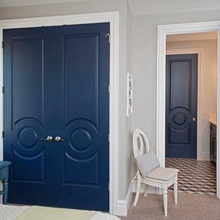 Пример оригинального дизайна: гостевая спальня среднего размера в стиле фьюжн с белыми стенами и ковровым покрытием