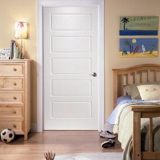 Foto de dormitorio clásico con paredes beige, suelo de madera clara y suelo beige