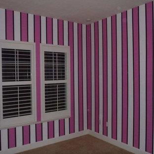 Свежая идея для дизайна: гостевая спальня среднего размера в стиле шебби-шик с розовыми стенами, ковровым покрытием и серым полом без камина - отличное фото интерьера