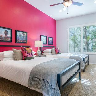 Неиссякаемый источник вдохновения для домашнего уюта: гостевая спальня в стиле современная классика с розовыми стенами, ковровым покрытием и бежевым полом