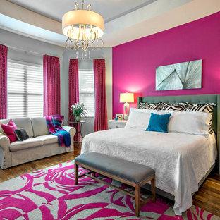 Diseño de dormitorio actual con paredes rosas, suelo de madera oscura y suelo marrón