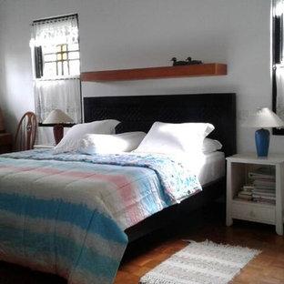 Неиссякаемый источник вдохновения для домашнего уюта: большая хозяйская спальня в классическом стиле с белыми стенами, полом из фанеры и коричневым полом без камина