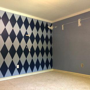 Modelo de dormitorio mediterráneo con paredes azules y suelo beige