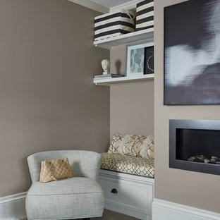 Пример оригинального дизайна: хозяйская спальня среднего размера в стиле современная классика с серыми стенами, ковровым покрытием, стандартным камином и фасадом камина из штукатурки