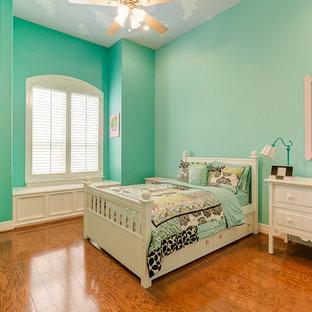 Diseño de dormitorio clásico renovado, grande, sin chimenea, con paredes púrpuras y suelo de madera en tonos medios
