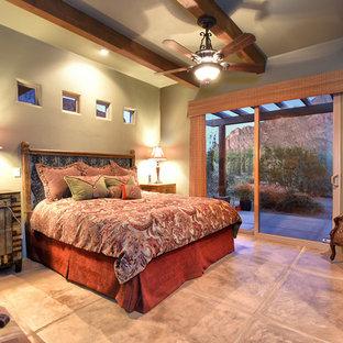 Diseño de dormitorio principal, de estilo americano, de tamaño medio, sin chimenea, con paredes beige y suelo de baldosas de terracota