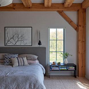 Imagen de dormitorio principal, de estilo de casa de campo, grande, con paredes blancas y suelo de madera clara