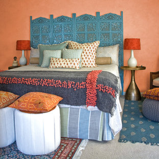 Idee per una camera da letto etnica con pareti arancioni, moquette e nessun camino