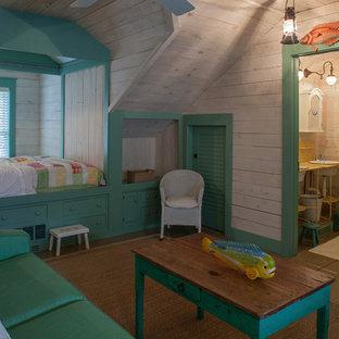 Foto de habitación de invitados clásica con paredes beige y suelo de madera pintada