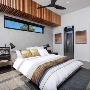Idéer för att renovera ett funkis huvudsovrum, med grå väggar och grönt golv