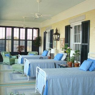 Idéer för ett klassiskt gästrum, med beige väggar