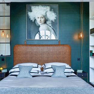 Diseño de dormitorio principal, contemporáneo, de tamaño medio, con paredes verdes, suelo de madera oscura y suelo marrón