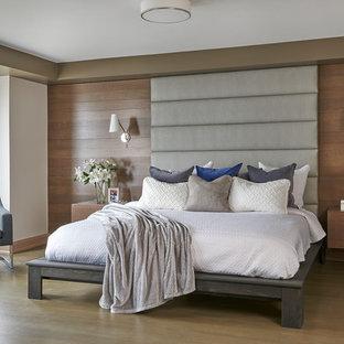 トロントの広いコンテンポラリースタイルのおしゃれな主寝室 (ベージュの壁、無垢フローリング、吊り下げ式暖炉、金属の暖炉まわり、茶色い床) のレイアウト