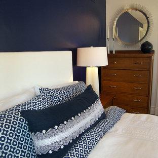 Foto di una camera matrimoniale tradizionale con pareti blu, parquet scuro e pavimento blu