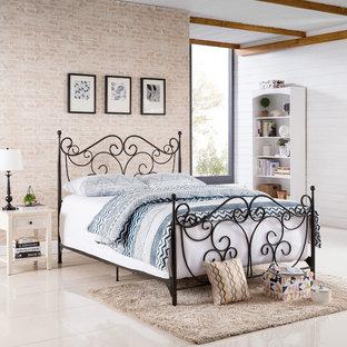 На фото: со средним бюджетом хозяйские спальни среднего размера в викторианском стиле с коричневыми стенами, полом из керамогранита и коричневым полом без камина