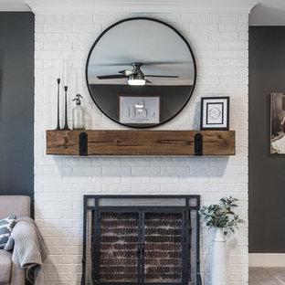 Неиссякаемый источник вдохновения для домашнего уюта: большая хозяйская спальня в стиле кантри с серыми стенами, ковровым покрытием, стандартным камином, фасадом камина из кирпича и бежевым полом