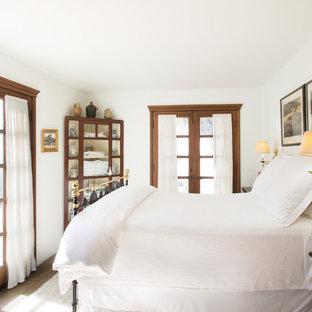 На фото: маленькая гостевая спальня в средиземноморском стиле с белыми стенами и паркетным полом среднего тона без камина с