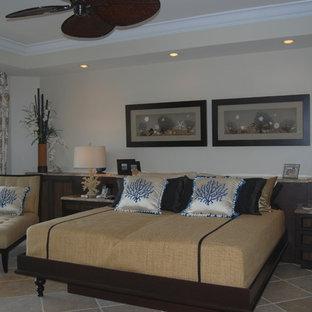Imagen de dormitorio principal, exótico, grande, con suelo de travertino