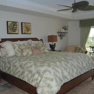 Ejemplo de habitación de invitados exótica, grande, con suelo de travertino
