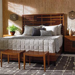 Пример оригинального дизайна: большая хозяйская спальня в восточном стиле с бежевыми стенами и полом из керамической плитки без камина