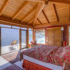 Rustic Bedroom by Kettle River Timberworks Ltd.