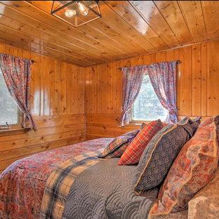 Modelo de habitación de invitados rural, pequeña, con paredes marrones, moqueta y suelo gris