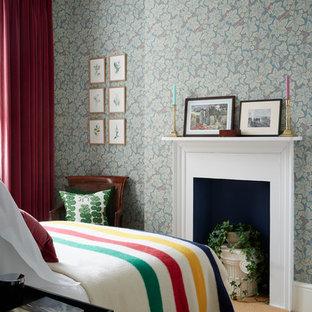ロンドンの中サイズのエクレクティックスタイルのおしゃれな客用寝室 (マルチカラーの壁、カーペット敷き、標準型暖炉、木材の暖炉まわり) のインテリア