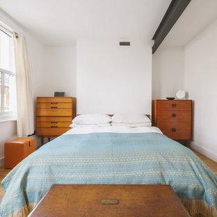 ロンドンの中くらいのコンテンポラリースタイルのおしゃれな主寝室 (白い壁、無垢フローリング、暖炉なし、漆喰の暖炉まわり、茶色い床) のレイアウト