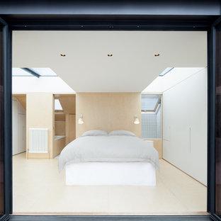 Imagen de dormitorio principal, contemporáneo, pequeño, sin chimenea, con paredes blancas y suelo de contrachapado