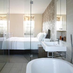 ロンドンのコンテンポラリースタイルのおしゃれな主寝室 (ベージュの壁) のレイアウト