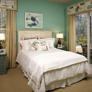 ジャクソンビルの中サイズのトロピカルスタイルのおしゃれなゲスト用寝室 (緑の壁、暖炉なし、カーペット敷き、ベージュの床) のレイアウト