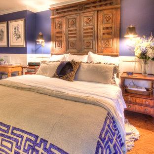 Imagen de dormitorio principal, mediterráneo, de tamaño medio, con paredes azules y suelo laminado