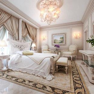 Ejemplo de dormitorio principal, mediterráneo, de tamaño medio, sin chimenea, con paredes blancas y suelo de mármol