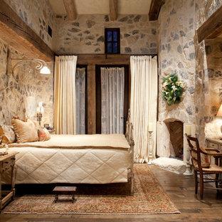 Idee per una camera da letto mediterranea con camino ad angolo