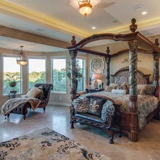 Immagine di una grande camera matrimoniale mediterranea con pareti beige e pavimento con piastrelle in ceramica