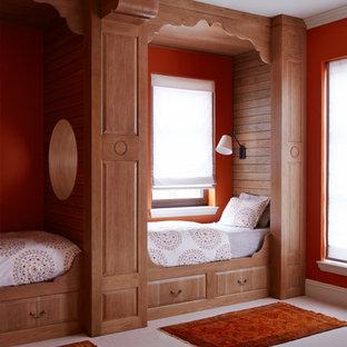 Diseño de habitación de invitados mediterránea, de tamaño medio, con parades naranjas, moqueta y suelo blanco