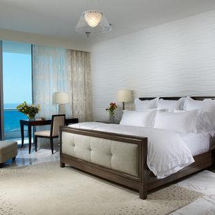 Свежая идея для дизайна: большая хозяйская спальня в современном стиле с белыми стенами, мраморным полом и разноцветным полом без камина - отличное фото интерьера