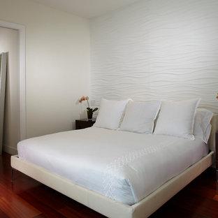 Modelo de dormitorio principal, actual, de tamaño medio, con paredes blancas, suelo de madera en tonos medios y suelo rojo