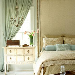 Esempio di una camera da letto chic con pareti grigie e pavimento bianco