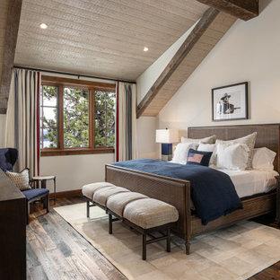 Idee per una grande camera da letto stile rurale con pareti bianche, pavimento in legno massello medio, pavimento marrone e soffitto in legno