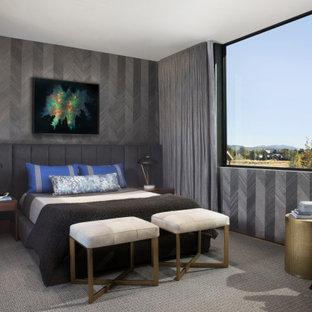 Großes Rustikales Gästezimmer ohne Kamin mit bunten Wänden, braunem Holzboden, Kaminumrandung aus Holzdielen, braunem Boden, eingelassener Decke und Tapetenwänden in Sonstige