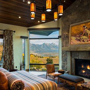 Idéer för ett mycket stort rustikt huvudsovrum, med en standard öppen spis, beige väggar, ljust trägolv och beiget golv